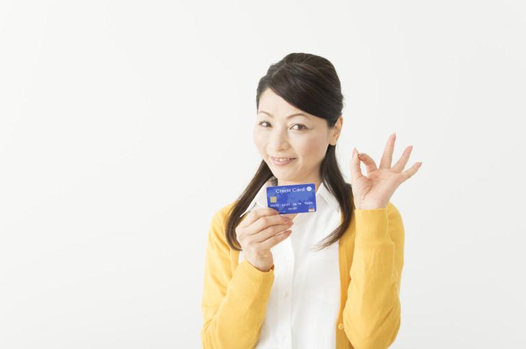 カードを持ってオッケーする女性-768x510