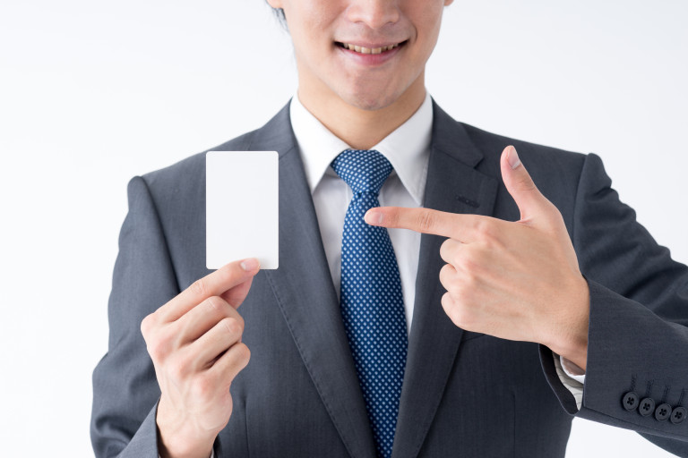 カードを紹介する男性-768x512